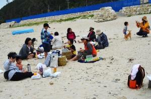 お昼は砂浜でお弁当を開く